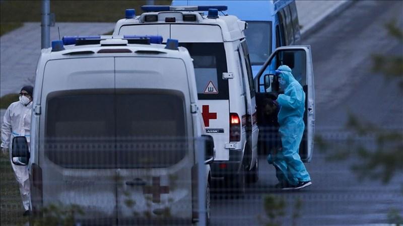 俄羅斯16日通報新增2萬2778人確診,創歷史新高。圖為身穿防護裝備的莫斯科醫護人員。(安納杜魯新聞社)