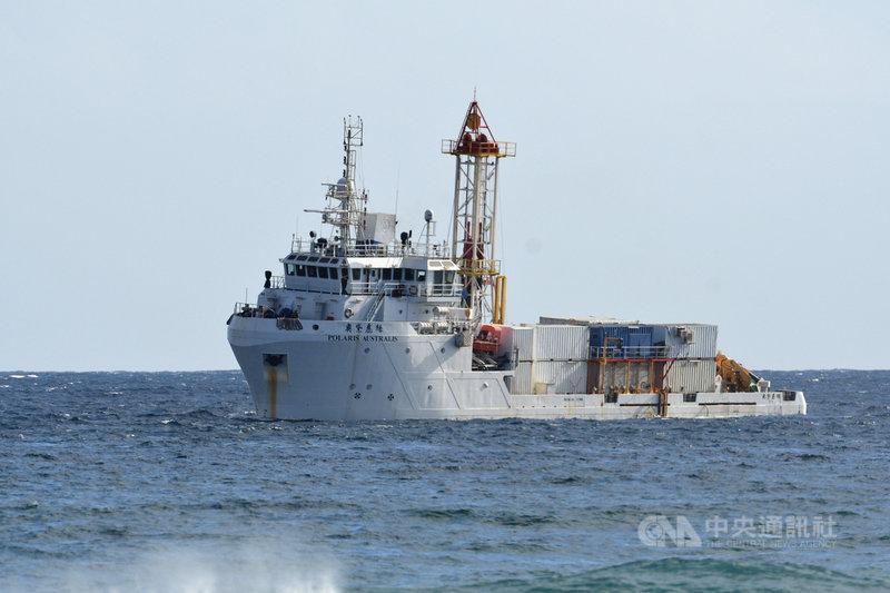 空軍志航基地F-5E戰機10月29日起飛不久即墜落在台東市加路蘭遊憩區外海,軍方和民間組成的打撈團隊17日持續在疑似飛機墜落海域打撈,由民間探測船奧黛麗絲號(Polaris Australis)進行探測。中央社記者盧太城台東攝  109年11月17日