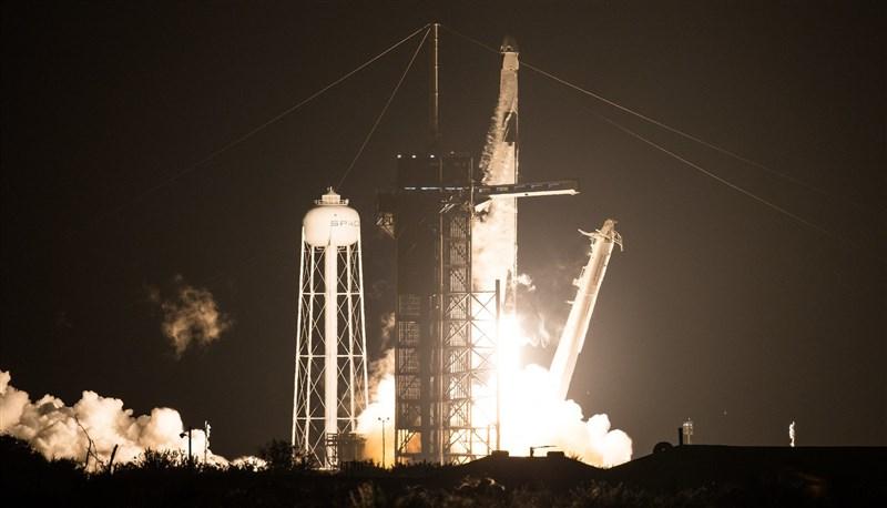 SpaceX飛龍太空船15日順利升空,承載4名太空人前往國際太空站,這是SpaceX今春測試成功後首度出任務。(圖取自NASA網頁nasa.gov)