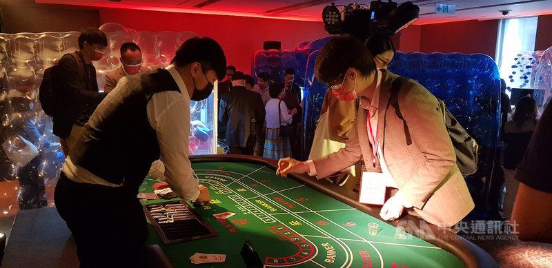 在TCCF創意內容大會展覽「始多利交易所」中,只要投下代幣玩21點,就有機會獲得台灣故事內容。中央社記者鄭景雯攝 109年11月18日