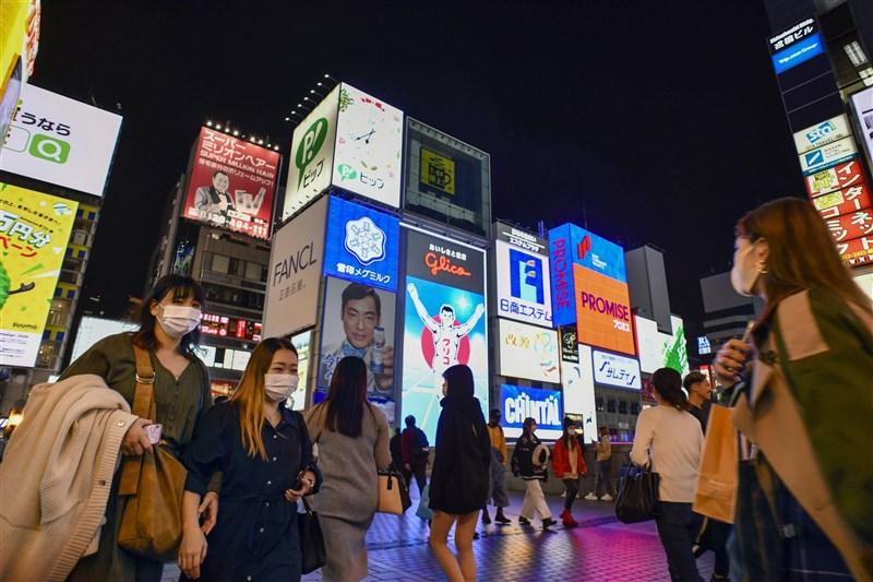 日本與中國一項最新聯合民調顯示,將近9成的日本人對中國印象不好,且兩國人民感情有隔閡。圖為大阪民眾戴口罩上街。(共同社)