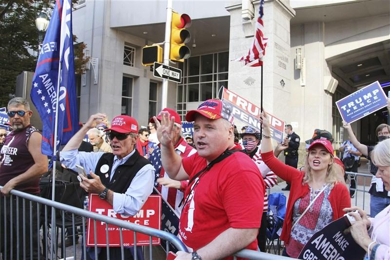 美國總統川普致力阻擋賓夕法尼亞州官員認證對手拜登勝選程序,賓州地方法官布朗17日質疑這項要求。圖為10日賓州支持川普的民眾上街頭聲援。(美聯社)