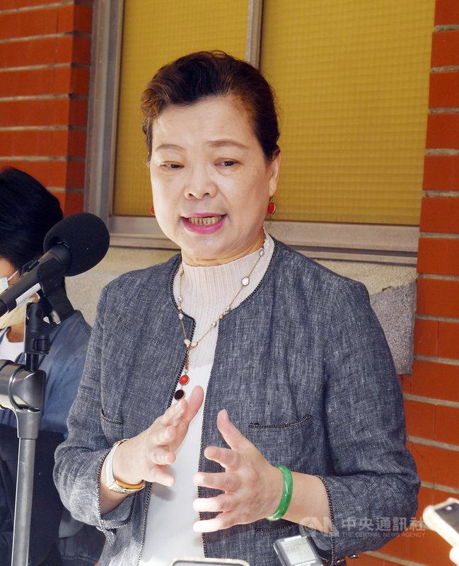 經濟部長王美花(圖)18日在立法院受訪,就前總統馬英九批評經濟部長王美花提及若要加入區域全面經濟夥伴協定(RCEP)會被要求遵守「一國兩制」,是充滿意識形態;王美花回應,她只是點出台灣會遇到的困難點和問題所在,「對政府來說,就是努力推動各產業合作」。中央社記者施宗暉攝 109年11月18日