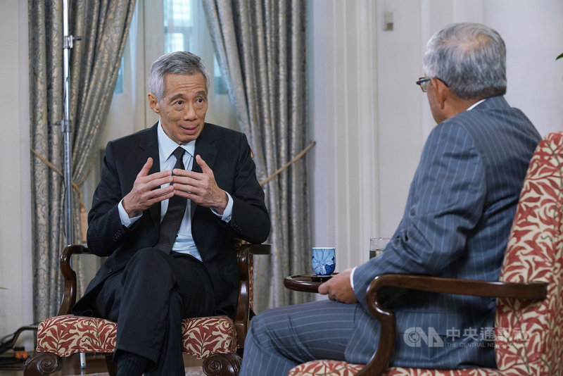 新加坡總理李顯龍(左)以預錄影片參與19、20日舉行的APEC「企業領袖對話」。(新加坡通訊及新聞部提供)中央社記者侯姿瑩新加坡傳真 109年11月19日