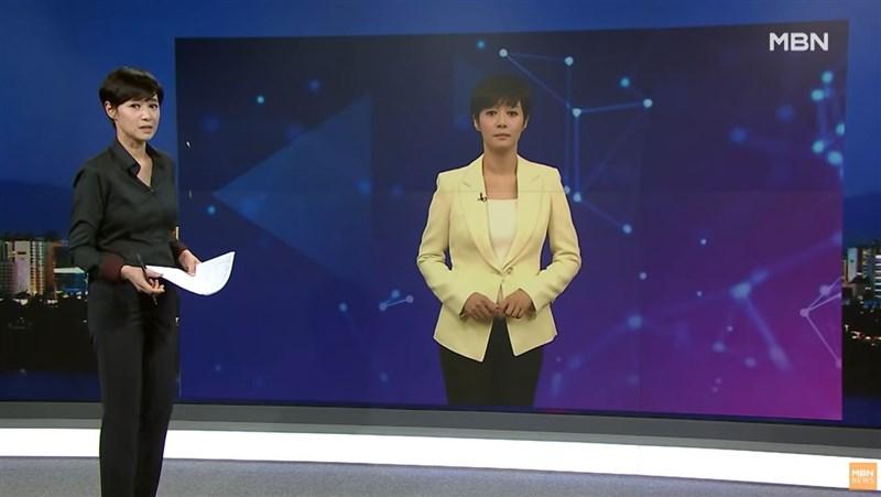韓國電視台MBN推出全國首名AI主播,以MBN當家主播金柱夏(左)為原型的「AI金柱夏」,只要在系統鍵入1000字以內的原稿,就能自動生成播報畫面。(圖取自MBN News YouTube頻道網頁youtube.com)