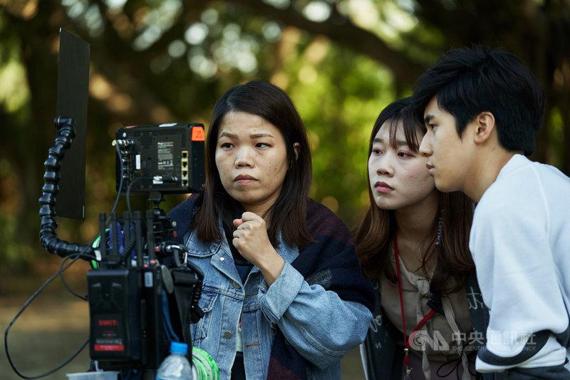 導演柯貞年(左)執導電影「無聲」,演出啟聰學校學生的故事,演員們無法用聲音演出,只能利用肢體動作,她則利用電影聲音與演員呼吸聲帶動觀眾情緒。(CATCHPLAY提供)中央社記者王心妤傳真 109年11月20日
