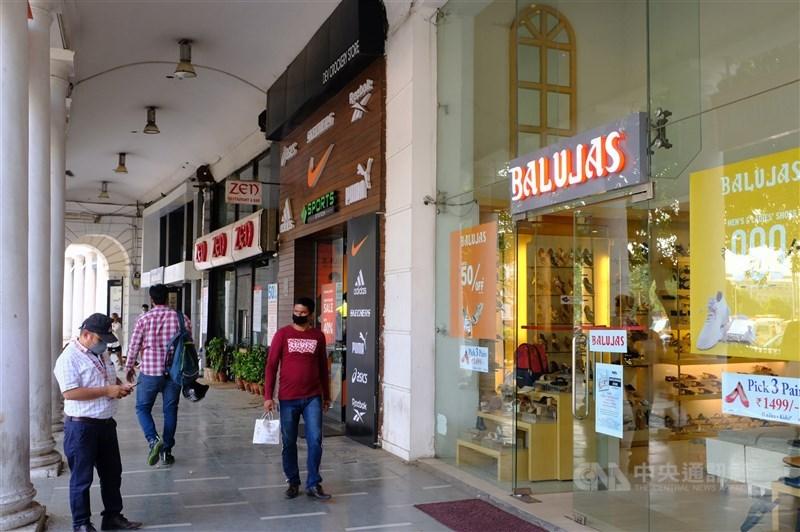 英國研究和諮詢機構牛津經濟等多家機構最近發表的報告都預測,印度是世界主要經濟體中,受到武漢肺炎影響最嚴重的國家。圖為6月間印度新德里最熱鬧的康諾特廣場顧客稀少。(中央社檔案照片)