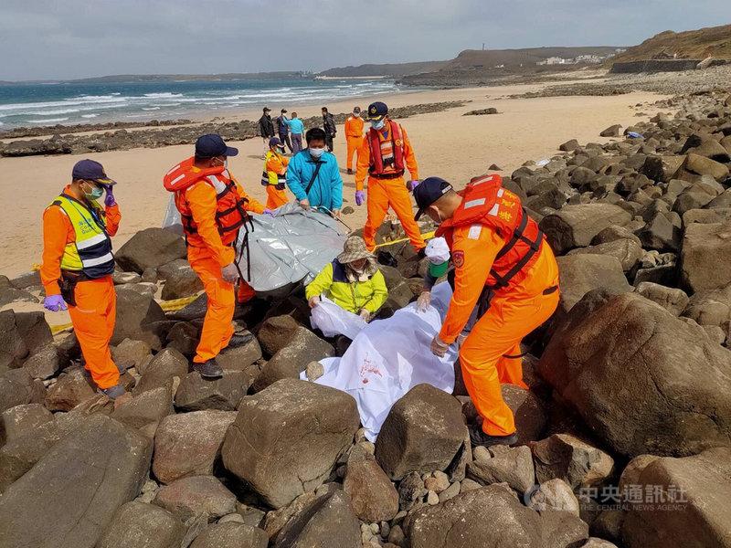澎湖內垵遊憩區海灘21日發現一名男性浮屍,經指認是自台返澎不久的55歲才姓男子。(第七岸巡隊提供)中央社 109年11月21日