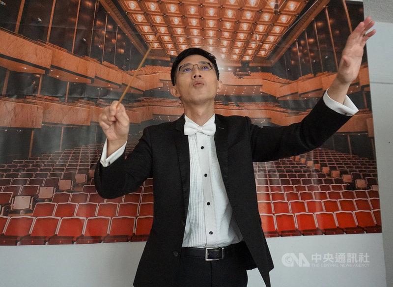 美國疫情嚴重,南加州大學(USC)合唱音樂系博士生聶焱庠(圖)為了「樂團指揮」課程舉行線上音樂會,背後布幕拍攝自台灣的國家音樂廳。中央社記者林宏翰洛杉磯攝 109年11月21日