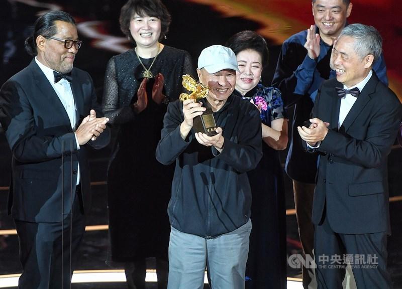 第57屆金馬獎21日晚間在台北國父紀念館舉行頒獎典禮,今年由導演侯孝賢(中)榮獲終身成就獎,他開心在台上接受各界喝采。中央社記者鄭清元攝 109年11月21日