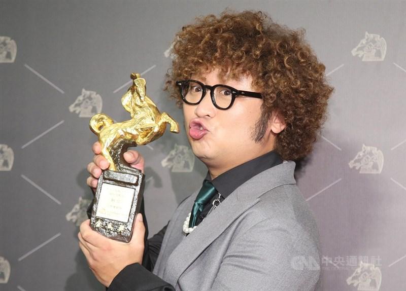 第57屆金馬獎21日晚間在台北國父紀念館隆重舉行頒獎典禮,最佳男配角獎由藝人納豆以電影「同學麥娜絲」拿下。中央社記者張新偉攝 109年11月21日