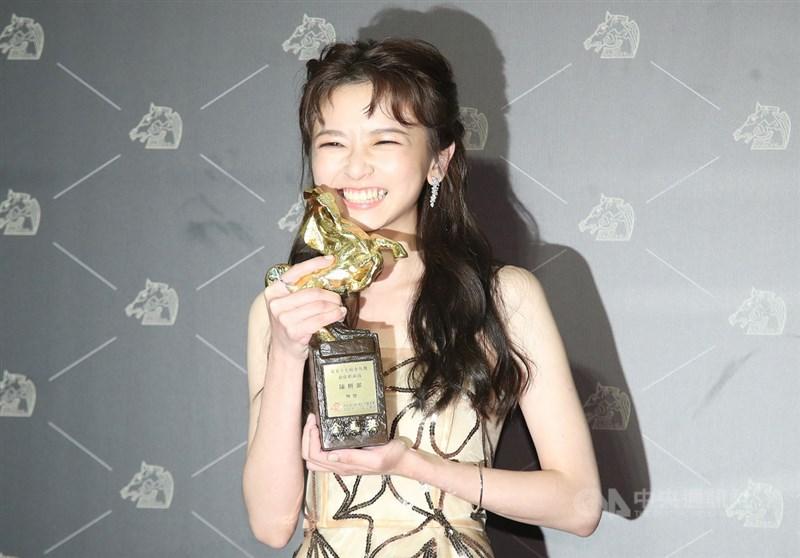 第57屆金馬獎21日晚間在國父紀念館隆重舉行頒獎典禮,演員陳姸霏在電影「無聲」中以手語精湛演出,奪下一生僅一次機會的最佳新演員。中央社記者張新偉攝 109年11月21日