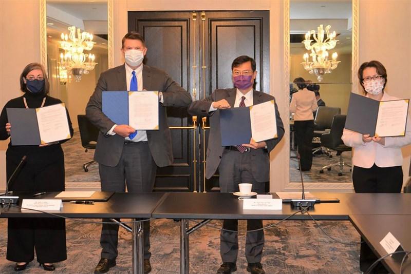 台美經濟繁榮夥伴對話20日登場,駐美代表蕭美琴(右)與美國在台協會執行理事藍鶯(左)在美國國務次卿柯拉克(左2)與經濟部次長陳正祺(右2)見證下,簽署備忘錄,為建立更深化、更全面性的經濟合作關係奠定基礎。(駐美代表處提供)中央社記者徐薇婷華盛頓傳真 109年11月20日