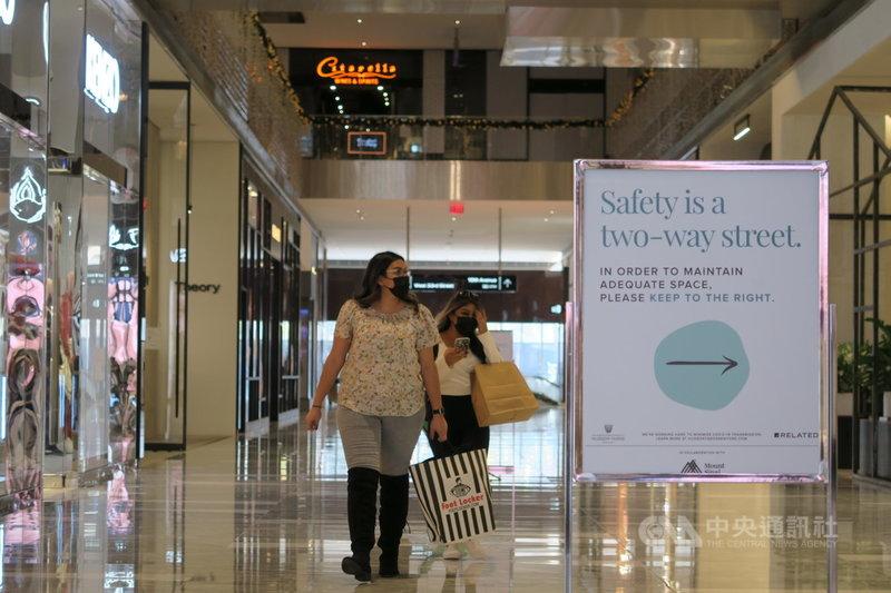 紐約市2019冠狀病毒疾病疫情升溫,哈德遜廣場購物中心內人潮稀落,告示提醒顧客保持適當距離。圖攝於11月9日。中央社記者尹俊傑紐約攝 109年11月21日
