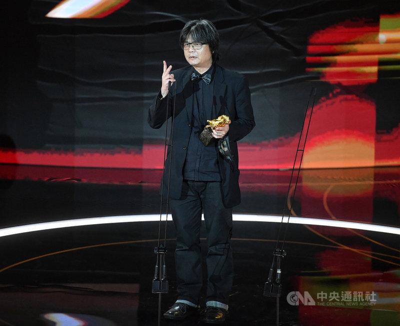 第57屆金馬獎頒獎典禮21日晚間在台北舉行,最佳攝影由姚宏易以電影「刻在你心底的名字」奪得。中央社記者鄭清元攝 109年11月21日