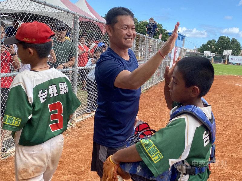 關懷盃棒球賽22日由台東紅葉國小奪下少棒組冠軍,紅葉曾帶起台灣棒球熱潮後走下坡,為了維持球隊而找外地學生,不過校長方穎豐(中)訂下目標,要找回當地布農族人的認同,希望將紅葉少棒招牌再度擦亮。中央社記者楊啟芳攝 109年11月22日