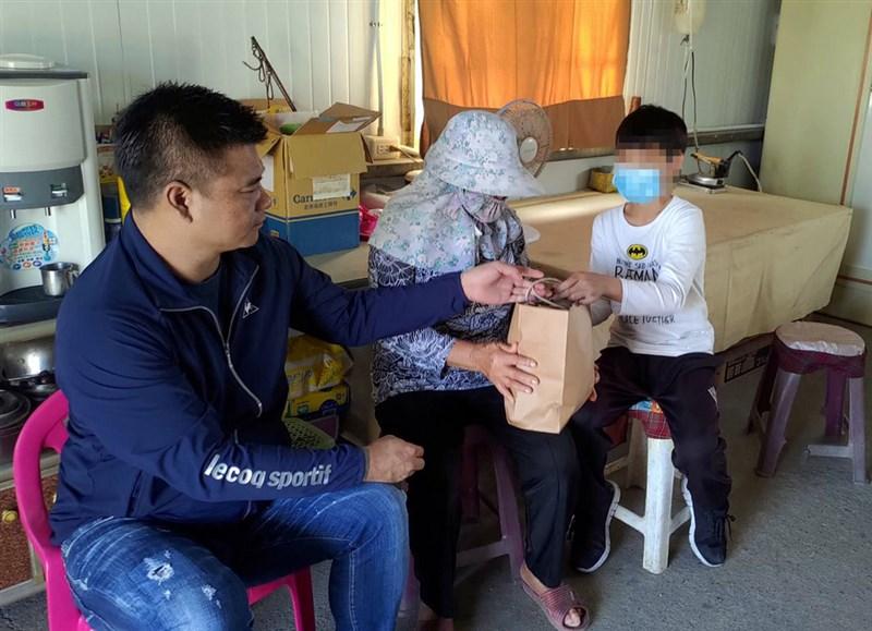 雲林縣台西鄉一名小五男童與家人相依為命,住家因殘破不堪,日前寫信向村長求助,已獲得修繕。企業家林揚竣(左)22日前往拜訪男童一家人,表達願意支付男童到高中的學費。(民眾提供)中央社記者黃國芳傳真 109年11月22日