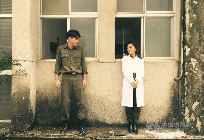 由知名廣告「鐵牛運功散」改編的電影「媽!我阿榮啦」將播出,由演員徐愷(左)及楊小黎(右)主演,兩人在片中有不同的新挑戰。(公視提供)中央社記者王心妤傳真 109年11月22日