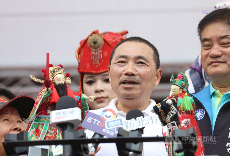 新北市長侯友宜(右2)22日參加新莊偶戲文化日活動時,以布袋戲演一段「萊豬別進來」的對白,表達反萊豬立場。中央社記者王鴻國攝 109年11月22日
