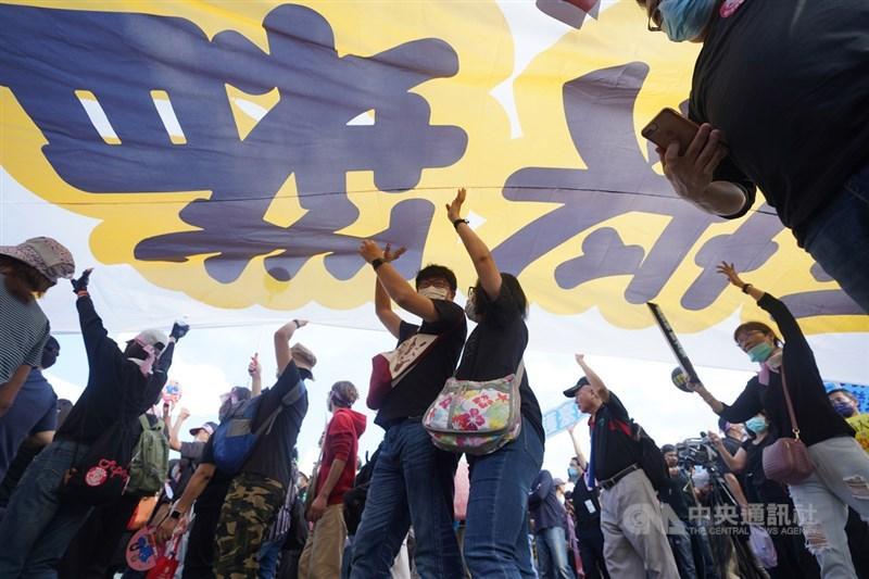 秋鬥遊行22日下午登場,參與民眾在主辦單位號召下,在凱達格蘭大道高舉布條抗議,反對政府將進口含萊克多巴胺豬肉。中央社記者徐肇昌攝 109年11月22日