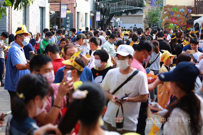 Pokémon GO City Spotlight(城市焦點)一日快閃活動22日在台南登場,市府初估吸引超過10萬名玩家造訪。圖為藍晒圖文創園區人潮。(台南市政府提供)中央社記者楊思瑞台南傳真  109年11月22日