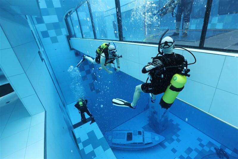 全球最深潛水池Deepspot於波蘭開幕,45.5公尺的池水中有人造水下洞穴、馬雅文明遺跡和一艘小小沉船,供水肺潛水和自由潛水客探索。(圖取自facebook.com/deepspotpoland)