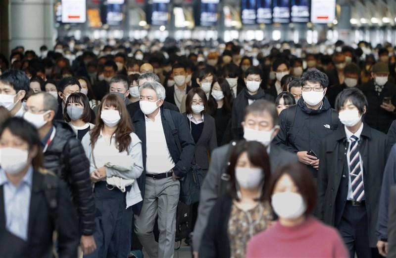 日本壯年男性自殺人數持續增加,致力自殺防治的非營利組織人士研判,這種情況可能跟疫情影響有關。圖為東京JR品川站通勤民眾戴口罩防疫。(共同社)