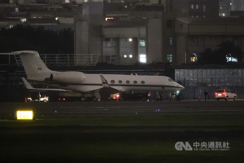 一架美國行政專機(編號375)22日傍晚降落台北松山機場。外交部回應,對於美國官員來訪台灣表示歡迎,但因行程不公開,基於互信不對外評論。中央社記者裴禛攝 109年11月22日