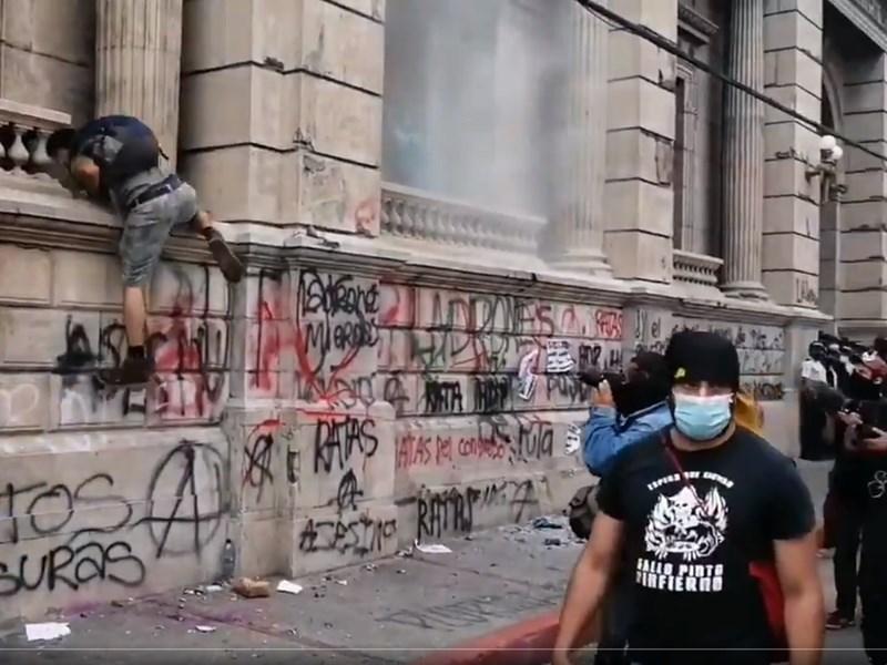 瓜地馬拉數百名民眾21日在一場要求總統賈麥岱下台的抗議活動中縱火焚燒部分國會建築。(圖取自twitter.com/Sandra_Cuffe)