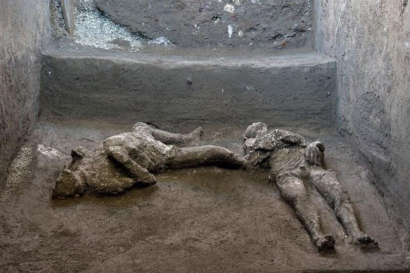 義大利維蘇威火山近2000年前爆發摧毀龐貝古城,考古學家挖出2具因火山爆發高溫至死的男性罹難者遺骸。研究人員認定骨骸分別屬於一個年輕奴隸和他年紀較長的富有主人。(路透社)