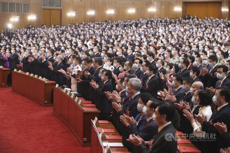 中國全國人大常委會11日公布有關香港立法會議員的資格決定,4名泛民主派人士隨即遭港府宣告喪失議員資格。圖為5月全國人大代表參加會議。(中新社提供)中央社 109年11月23日