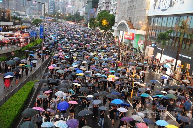 近期許多曾支持「反送中」的行業領域都遭整治,政權也精準打擊街頭、議會和國際3條抗爭路線。香港中文大學政治與行政學系副教授馬嶽說,這些對當局不滿的民意將何以抒發,是懸而未決的難題。圖為2019年8月18日「反送中」示威者在港島遊行。中央社記者沈朋達香港攝 109年11月23日