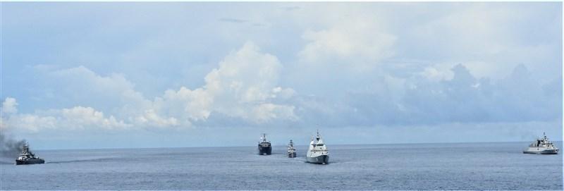 為遏阻中國侵略,印度海軍甫結束與美國、日本、澳洲的馬拉巴爾演習,23日起再和新加坡海軍聯合軍演。圖為印度海軍21日與新加坡、泰國的軍演。(圖取自twitter.com/indiannavy)
