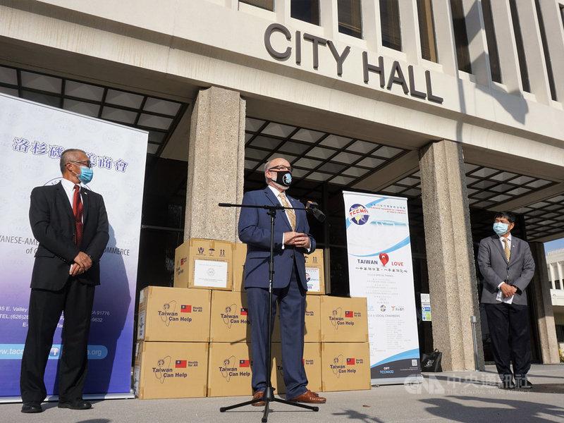 洛杉磯台美商會23日捐出3萬片台灣製的醫療級口罩給洛杉磯郡南邊的托蘭斯市(Torrance)。市長佛瑞(Patrick J. Furey,中)表達感謝。中央社記者林宏翰洛杉磯攝 109年11月24日