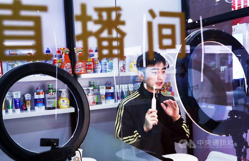 中國國家廣播電視總局23日晚間發布通知,將對網路秀場和電商直播出重手,祭出實名制管理。其中,網紅直播帶貨(圖)也是整治重點。(中新社提供)中央社  109年11月24日