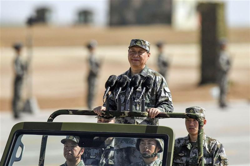 中共總書記習近平(中)25日表示,當前中國安全環境、軍事鬥爭態勢發生新變化,要求軍隊加快實現軍事訓練轉型升級。圖為2017年習近平在中共解放軍建軍90週年校閱軍隊。(中新社)