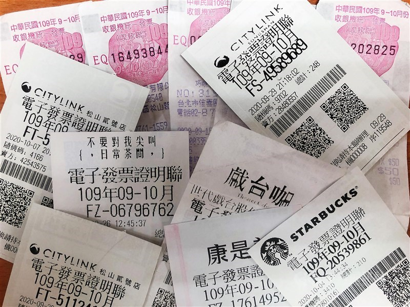 財政部統計,9、10月期統一發票共開出10個特別獎(新台幣1000萬元)及16個特獎(200萬元);消費金額最小一張僅35元。(中央社)