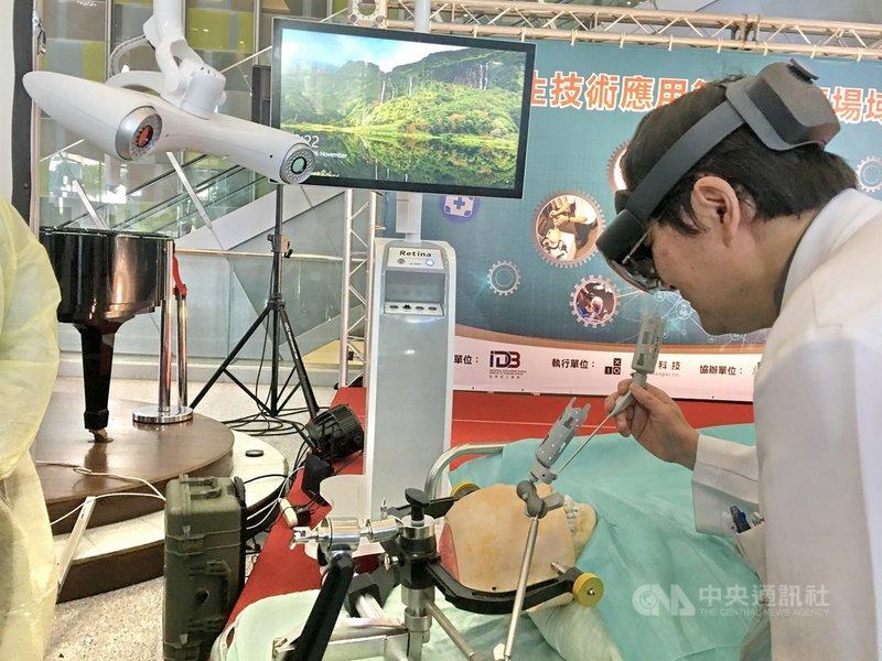 衛福部雙和醫院26日發表「數位創新科技應用場域實證」,院長吳麥斯(圖)體驗鼻內視鏡手術導航系統操作。中央社記者黃旭昇新北攝 109年11月26日