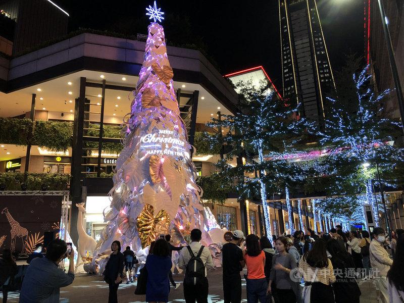 新光三越百貨於26日舉行「耶誕奇幻之森」開展記者會,運用再生材質打造17公尺高白色耶誕樹,有望帶動台北信義區人潮成長至少1成。中央社記者蘇思云攝 109年11月26日