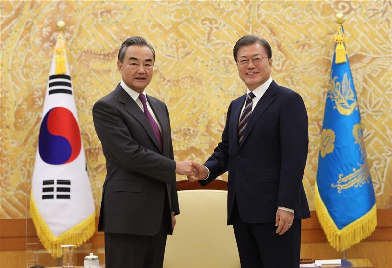 韓國總統文在寅(右)26日接見正在韓國訪問的中國外交部長王毅(左)。(韓聯社)
