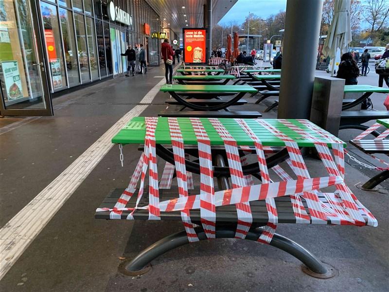 德國總理梅克爾表示,她與16名邦總理同意至少把武漢肺炎防疫限制令延長實施至12月20日。圖為16日柏林一處露天用餐區座位因防疫被貼上禁用封條。(中新社)