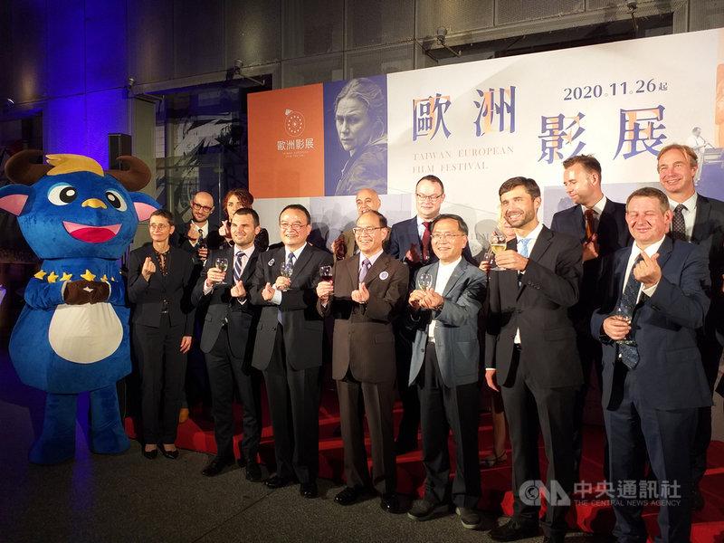 第16屆台灣歐洲影展26日登場,歐盟駐台代表高哲夫(前排右2)、外交部政務次長曾厚仁(前排右4)出席開幕儀式。中央社記者陳韻聿攝 109年11月27日