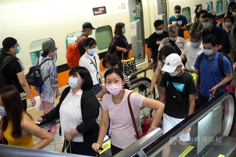 台灣高鐵27日宣布,12月1日起旅客進入高鐵車站(含車站大廳、售票處等非付費區)時,即須佩戴口罩。(中央社檔案照片)