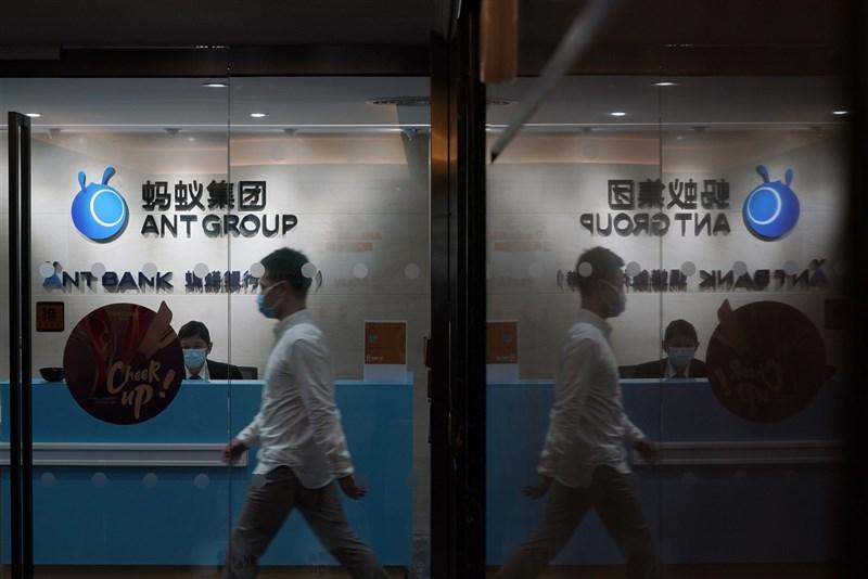 中國網路金融平台螞蟻集團持續受到整頓,據報導,支付寶18日無預警下架所有網路存款產品。圖為螞蟻集團香港辦公室。(美聯社)