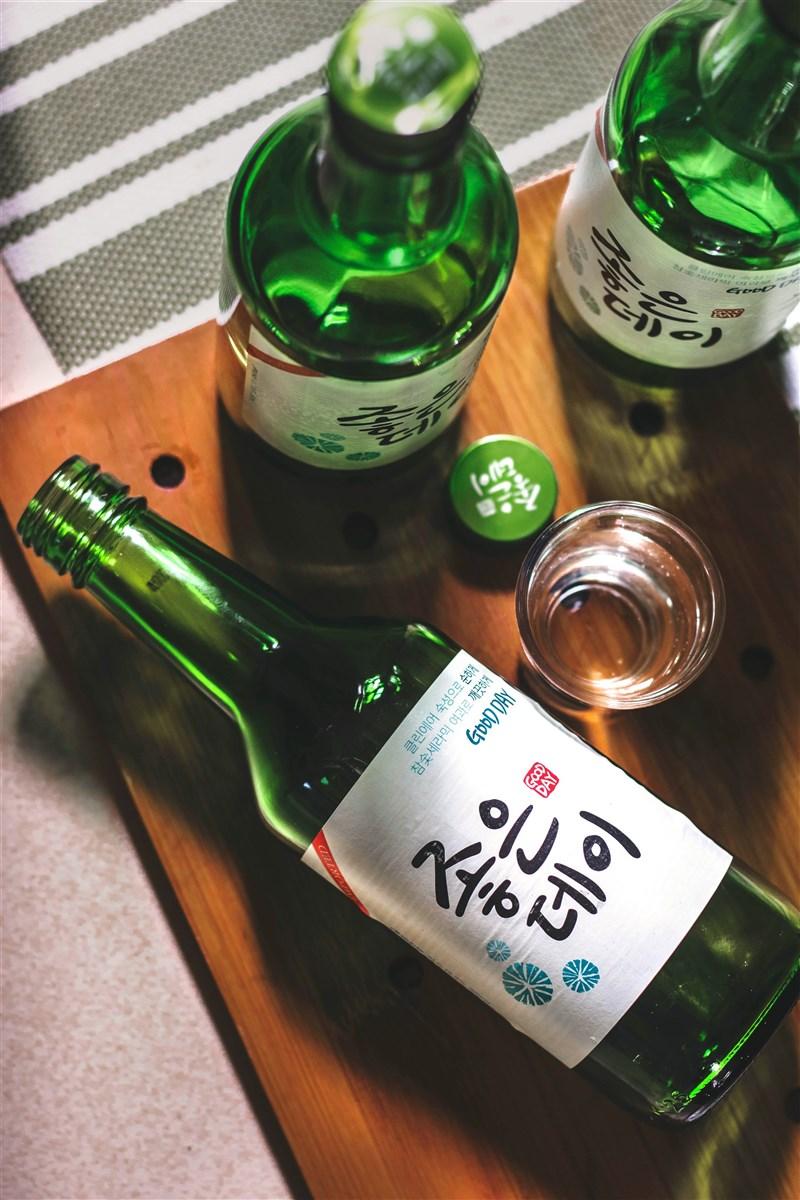 酒與韓國人的生活幾乎可說密不可分,但因此衍生的酒駕事件也是令社會、政府頭痛不已的難題。(示意圖/圖取自Unsplash圖庫)