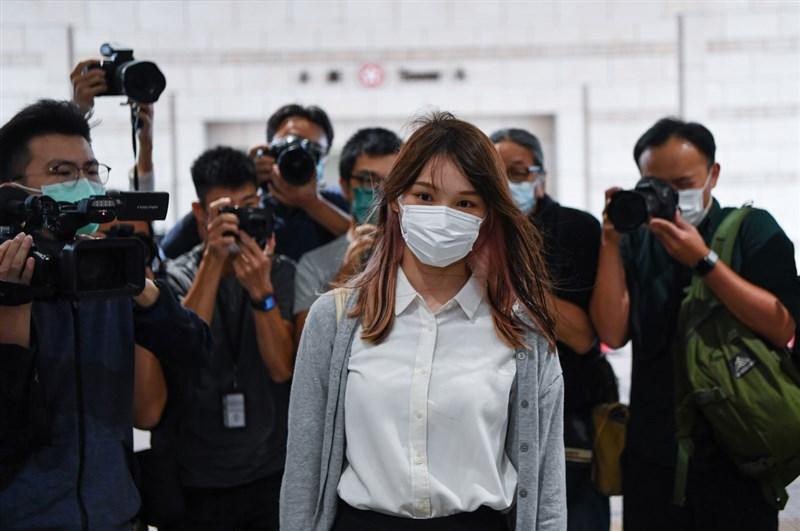 前香港眾志成員周庭(前)向高等法院申請交保,9日遭拒絕。圖為周庭11月23日出庭。(中通社提供)