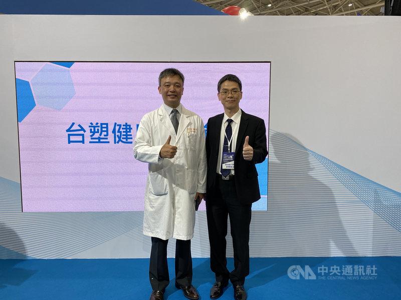 台塑企業深耕AI精準醫療,長庚醫院醫師黃奕修(左)表示,結合AI人工智慧,讓一張眼底圖可以看透全身疾病的世代即將來臨。中央社記者韓婷婷攝 109年12月3日