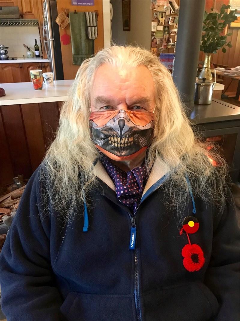 以「瘋狂麥斯」系列電影走紅的資深男星修基斯拜倫不敵病魔,享壽73歲。(圖取自facebook.com/toejoemadmax)