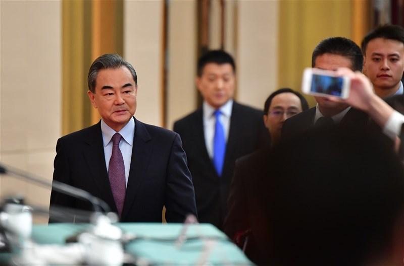 分析認為,中國「戰狼」外交近來針對澳洲意在告訴美國與其盟友「中國並不軟弱」。圖為中國外交部長王毅(左)3月出席人大記者會說明外交政策與對外關係。(中新社)
