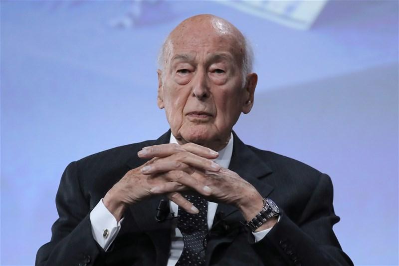 法國總統府艾里賽宮2日表示,前總統季斯卡已過世,享耆壽94歲。(法新社)